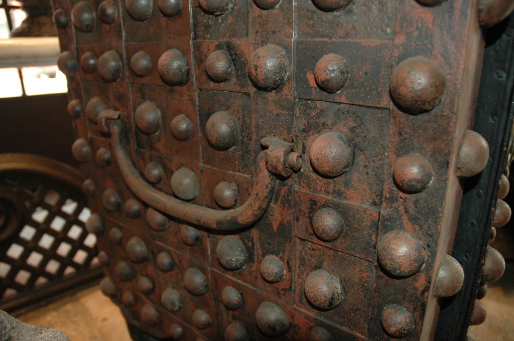 Hobnail Safe In Good Condition For Sale In New York, NY