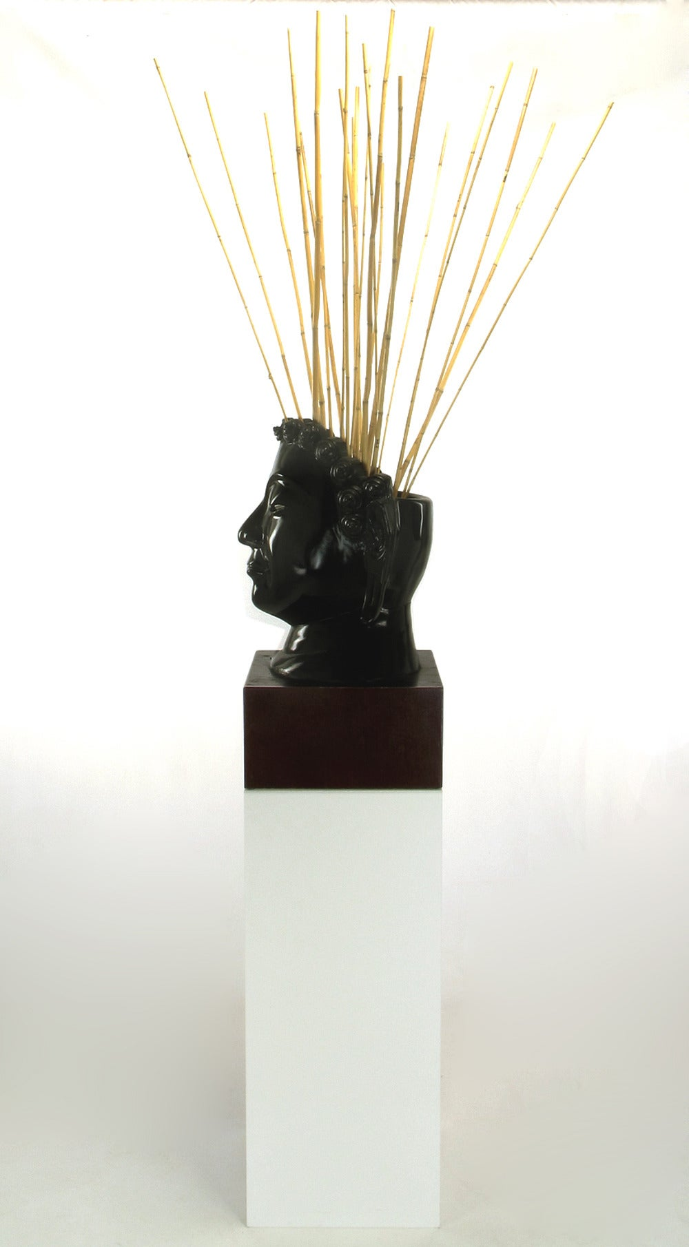 Buddha-Form Mahogany and Black Lacquer Sculpture on White Lucite Pedestal In Good Condition For Sale In Chicago, IL