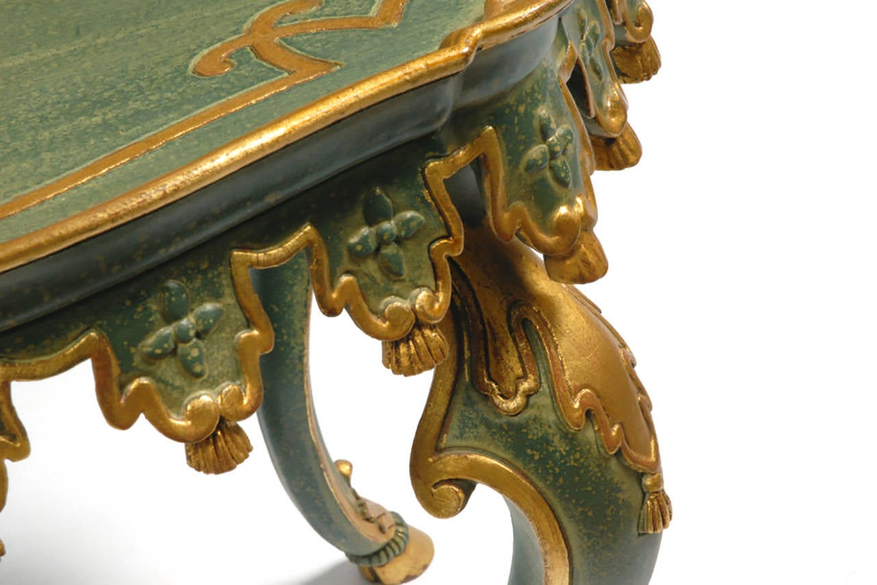 Italian Green and Parcel-Gilt Carved Tassels Tea Height Table In Excellent Condition For Sale In Chicago, IL