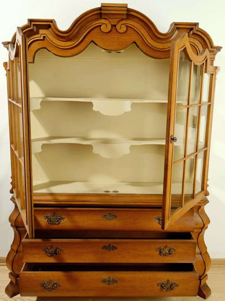 Dorothy Draper Viennese Collection Display Cabinet In Excellent Condition For Sale In Chicago, IL