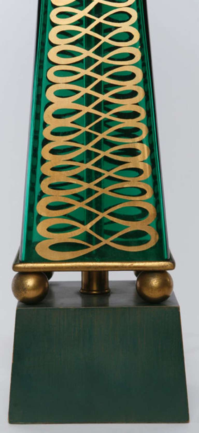 Pair of 1940s Lightolier Emerald Green Glass Obelisk Lamps In Good Condition For Sale In Chicago, IL