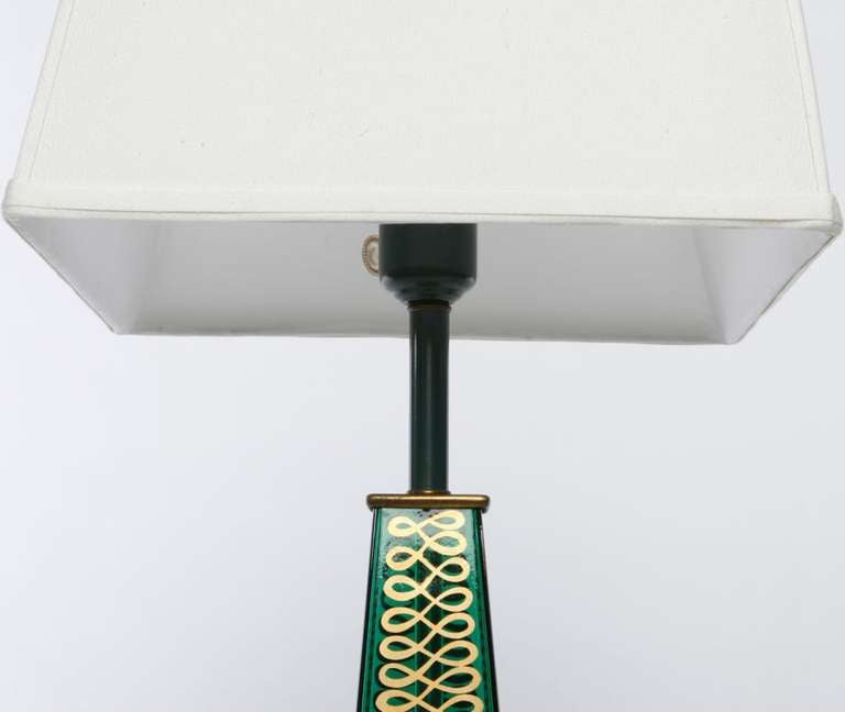 American Pair of 1940s Lightolier Emerald Green Glass Obelisk Lamps For Sale