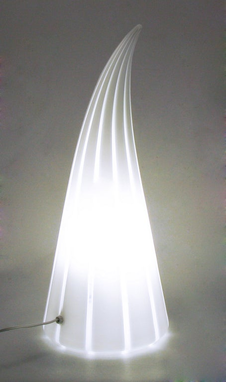 Murano Glass White and Clear Striped Art Glass Lamp In Excellent Condition For Sale In Chicago, IL