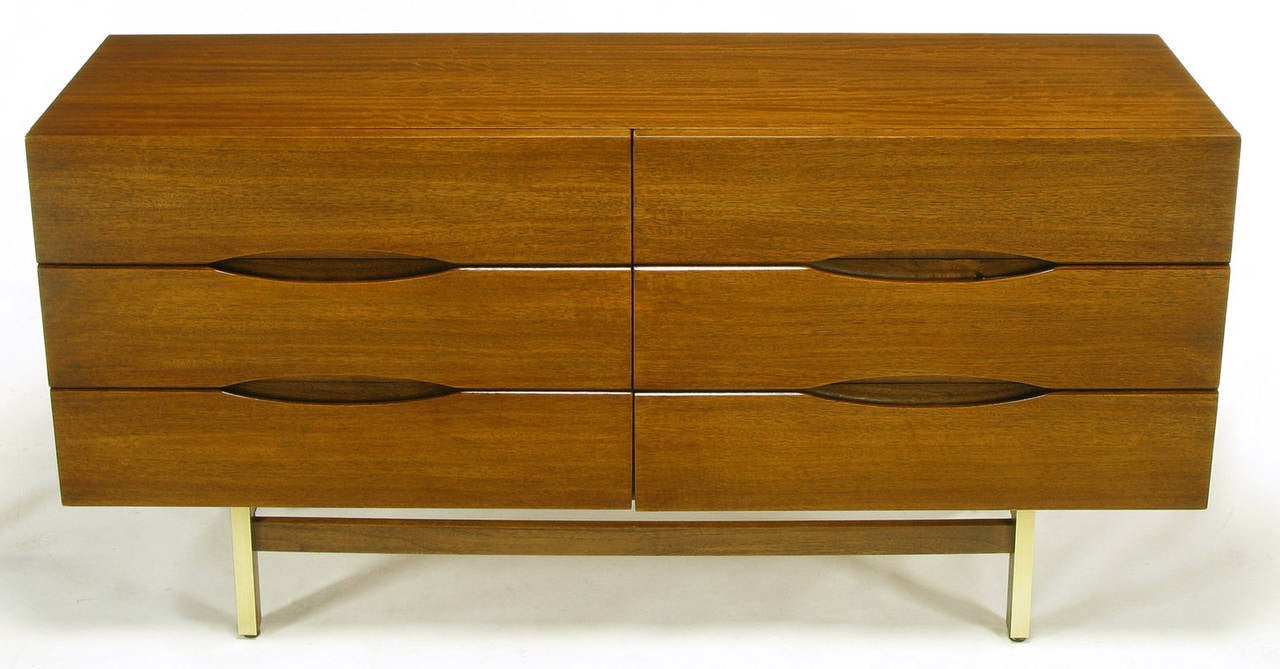 American of Martinsville Mahogany Dresser with Recessed Elliptical Pulls In Excellent Condition For Sale In Chicago, IL