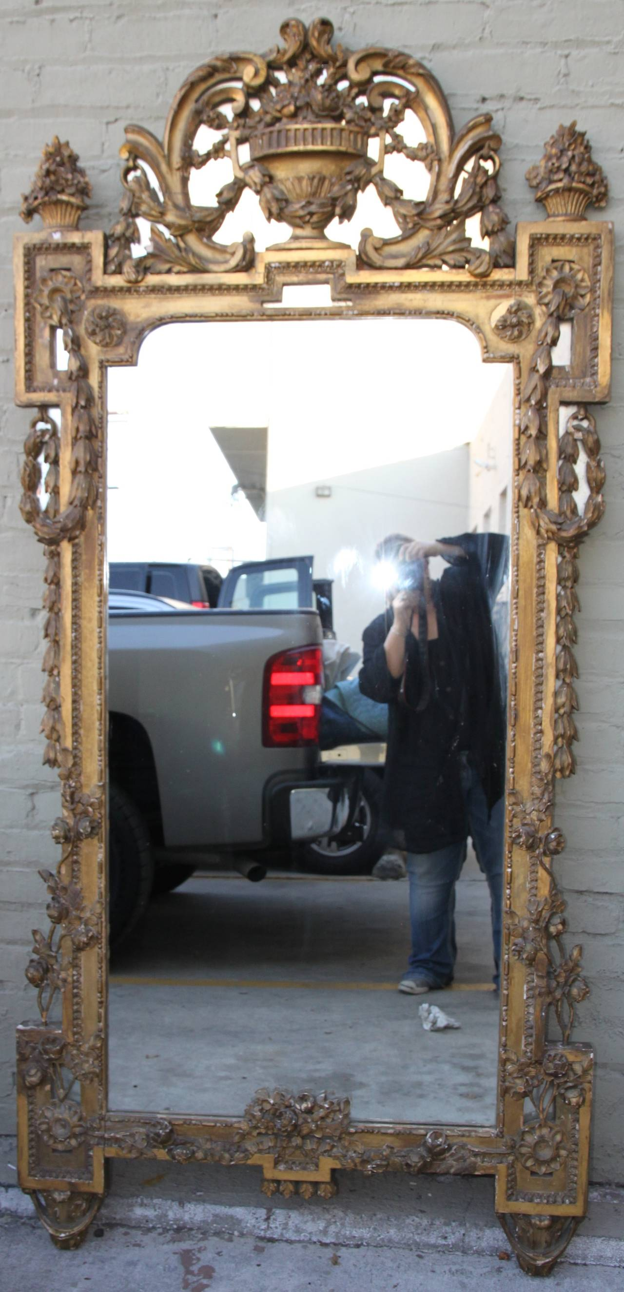 19th Century Italian Carved Giltwood Mirror In Distressed Condition For Sale In Los Angeles, CA