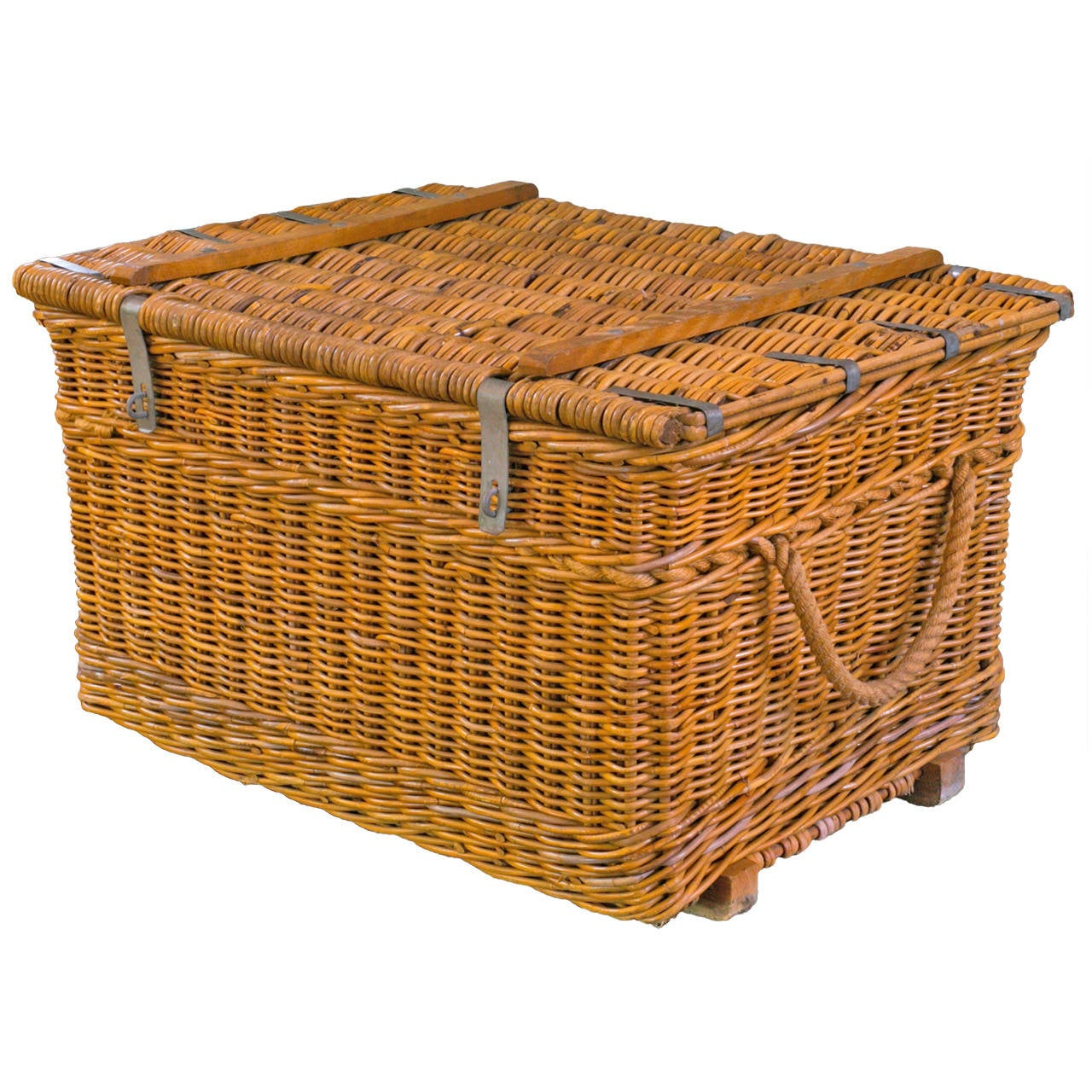 vintage european wicker basket with lid and clasp for sale. Black Bedroom Furniture Sets. Home Design Ideas