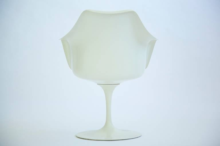 Set of Four Eero Saarinen Tulip Chairs In Excellent Condition For Sale In Chicago, IL