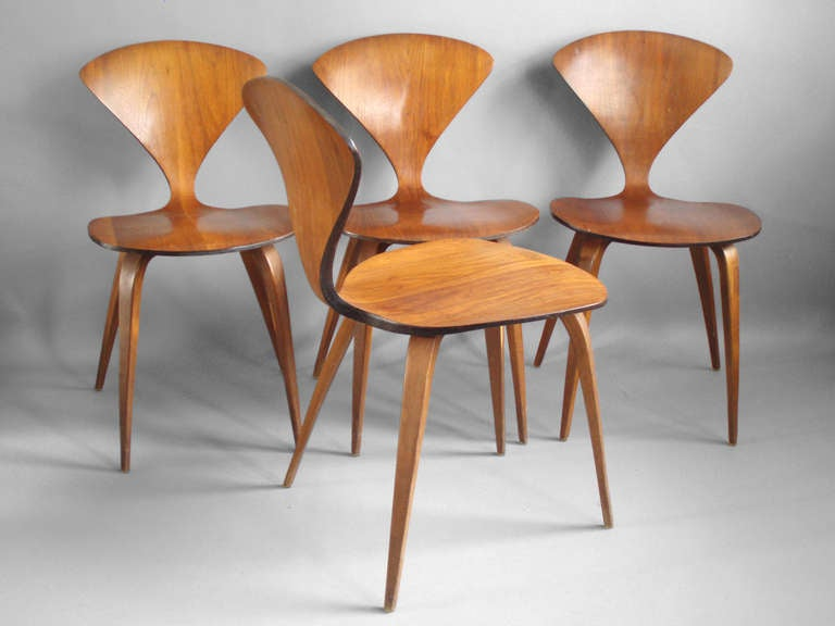 Incroyable American Set Of Four Molded Plywood Chairs By Norman Cherner For Plycraft  For Sale