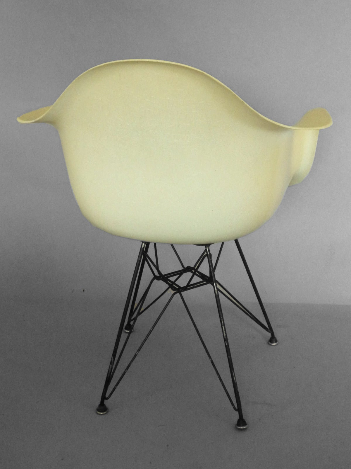 Early Biscuit Eames Zenith Ivory DAR Fiberglass Chair on