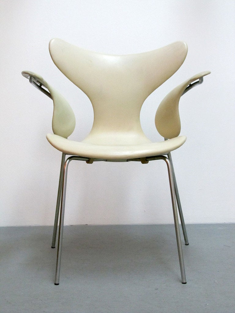 Pair Of Arne Jacobsen Model 3208 Seagull Chairs For Sale