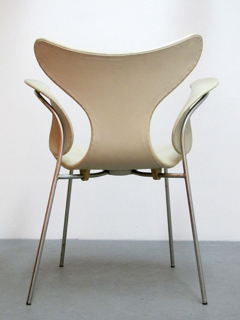 Pair of arne jacobsen model 3208 seagull chairs for sale for Arne jacobsen chaise