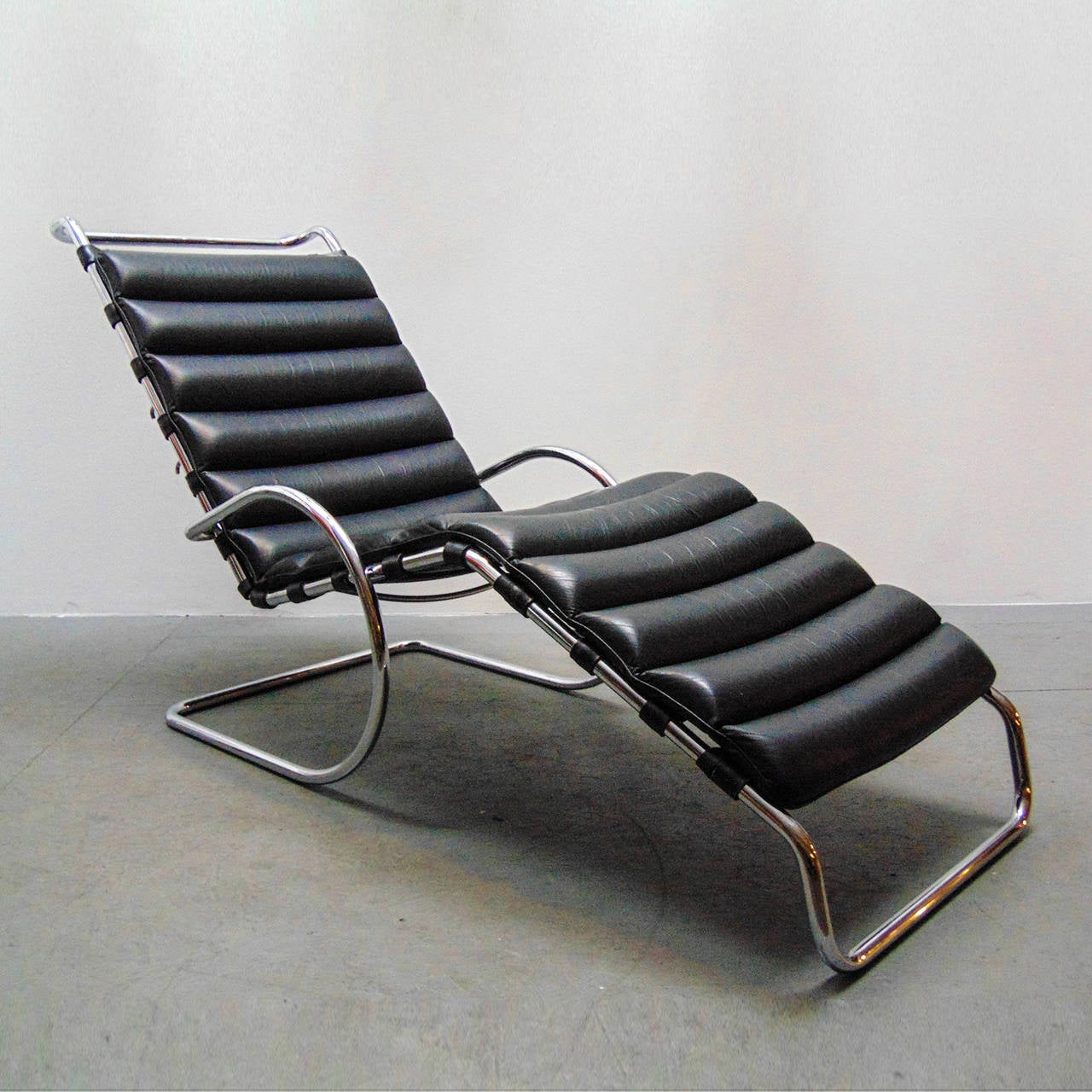 Stunning Mies Van Der Rohe MR Chaise Longue For Knoll International Italy,  In Tubular Steel