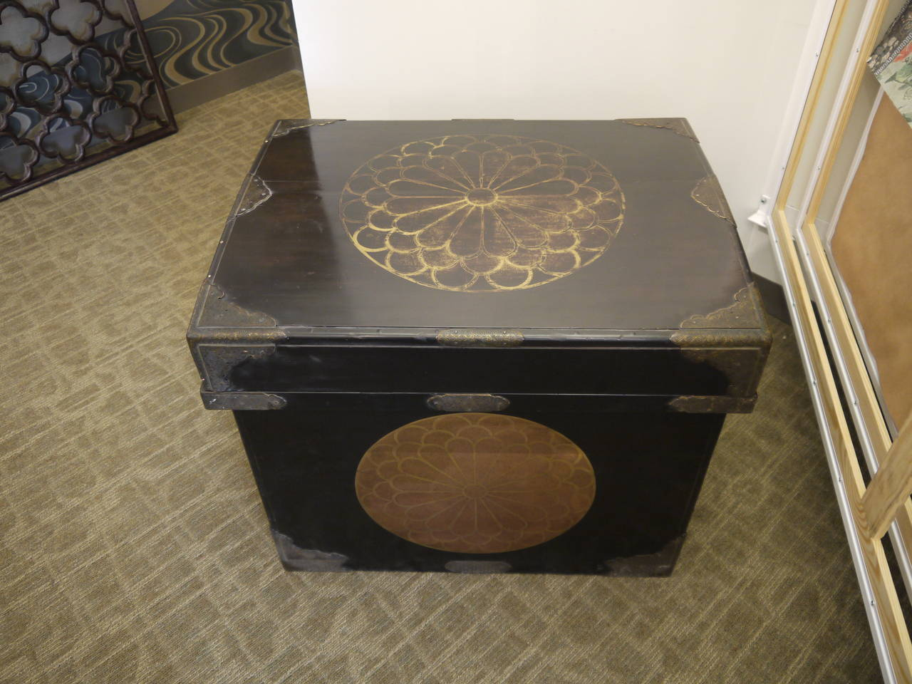 Huge Japanese Lacquer Trunk with Gold Crests In Good Condition For Sale In New York, NY