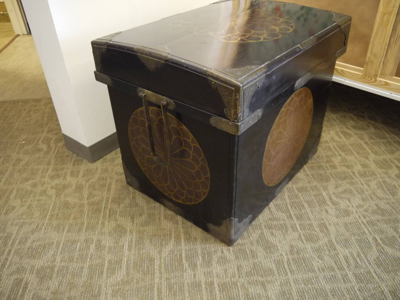 Huge Japanese Lacquer Trunk with Gold Crests For Sale 1