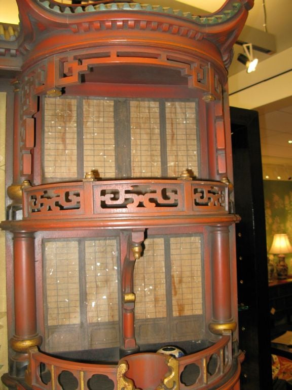 Vintage Chinoiserie Pagoda Form Display Cabinet In Excellent Condition For Sale In New York, NY