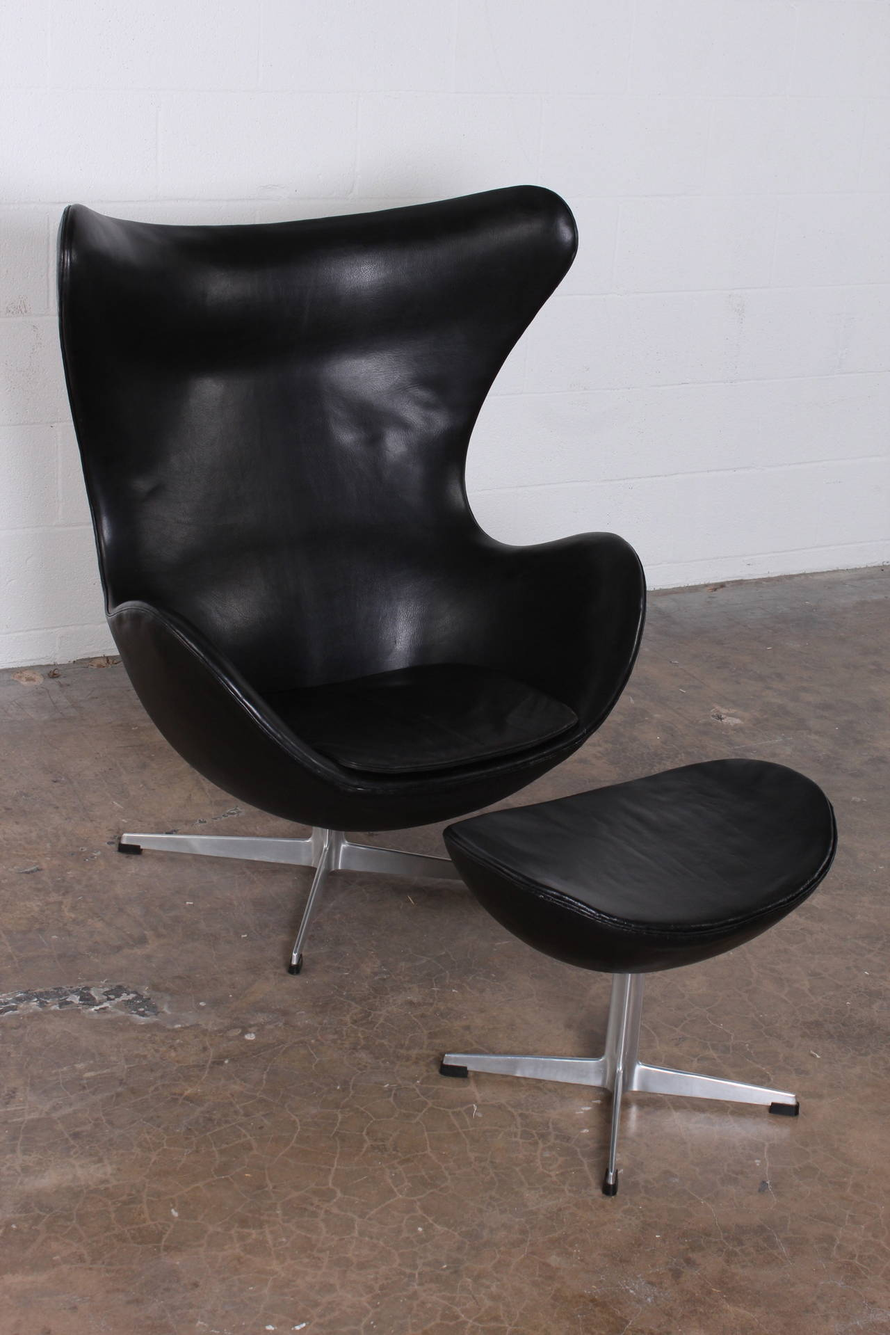 Egg chair and ottoman by arne jacobsen in original leather for Egg chair original