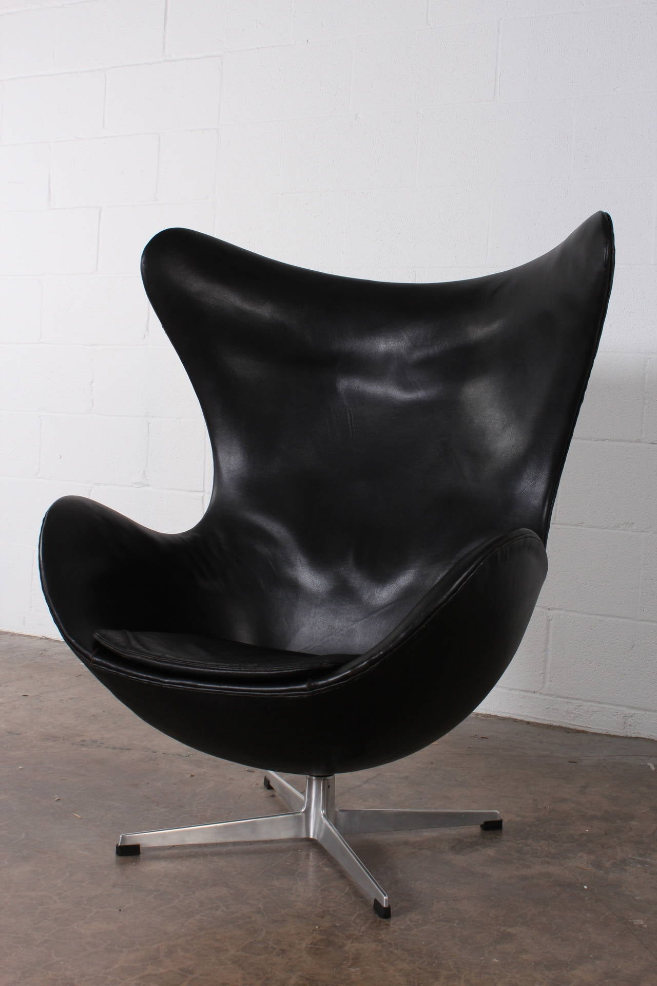 egg chair by arne jacobsen in original leather at 1stdibs. Black Bedroom Furniture Sets. Home Design Ideas