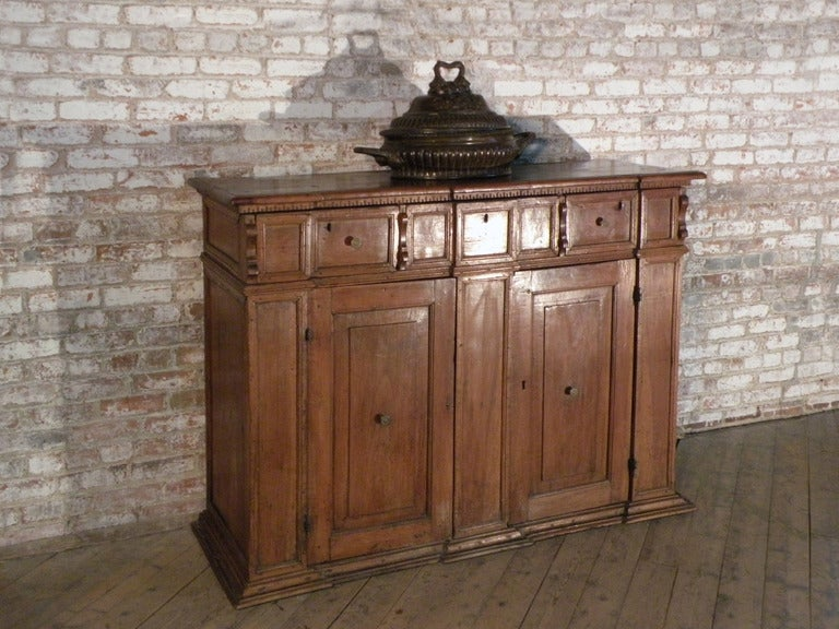 Italian / Tuscan 17th century walnut credenza Baroque Credenza In Good Condition For Sale In Troy, NY