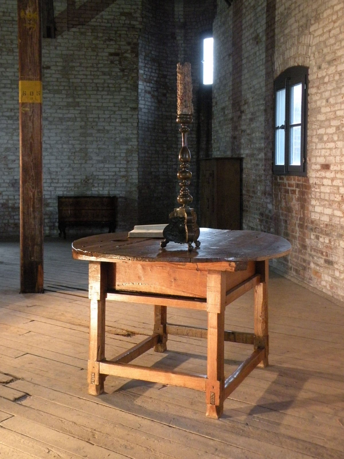 Rustic Spanish 17th Century Round Center Table For Sale At