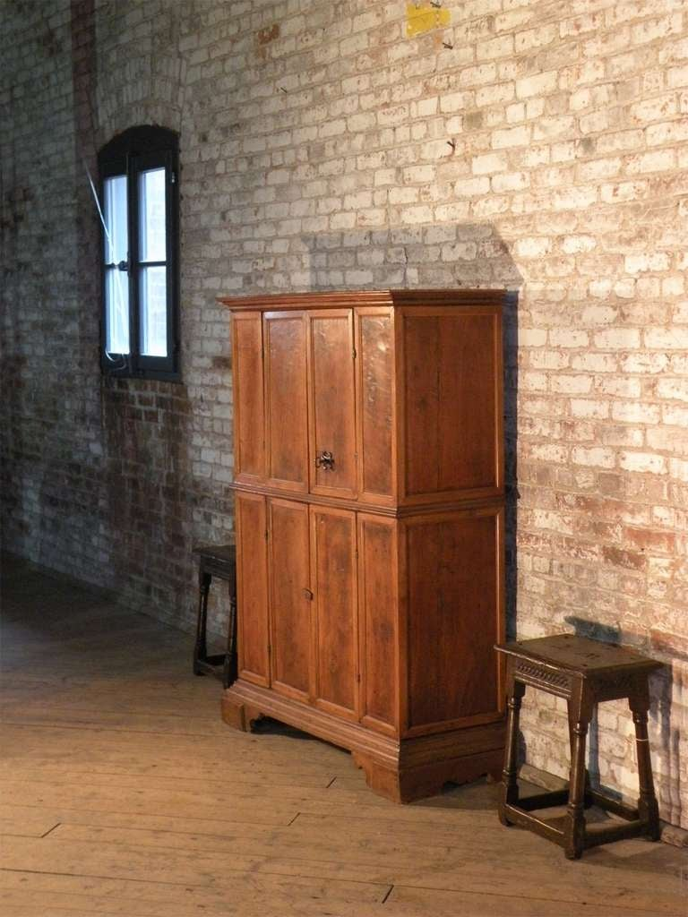 Italian Baroque 17th century small walnut Cabinet or Bookcase In Good Condition For Sale In Troy, NY