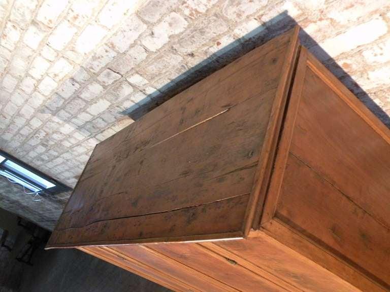 Italian Baroque 17th century small walnut Cabinet or Bookcase For Sale 1