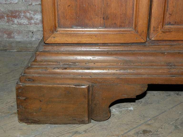 Italian Baroque 17th century small walnut Cabinet or Bookcase For Sale 5