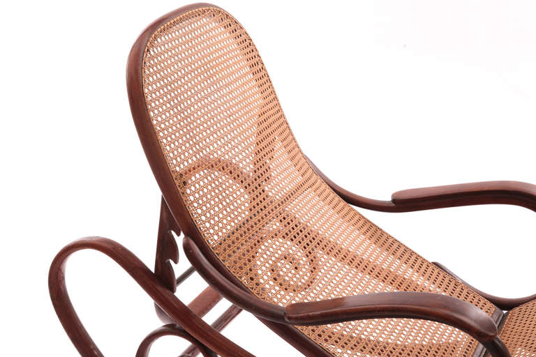 Stunning bentwood chaise by thonet at 1stdibs for Chaise thonet