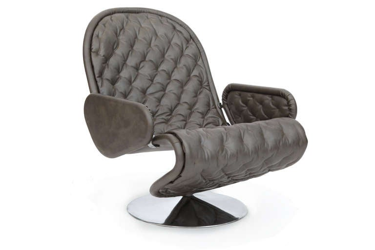 Sculptural 123 leather lounge chair by Verner Panton for Fritz Hansen, circa early 1970s. This lovely example has diamond buttonless tufting and mirror polished aluminum base. It has been newly upholstered in a supple and chic gray leather with
