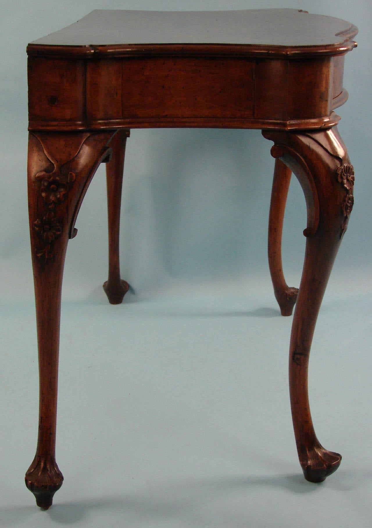 Italian Baroque Walnut Table with Drawer of Serpentine Form In Good Condition For Sale In San Francisco, CA