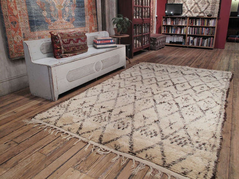 Beni Ouarain Moroccan Berber rug. A lovely old Moroccan Berber rug by the Beni Ouarain tribes of the Middle Atlas mountains. The Classic diamond grid of the rug is enlivened with a variety of secondary motifs and several interruptions.  This rug is