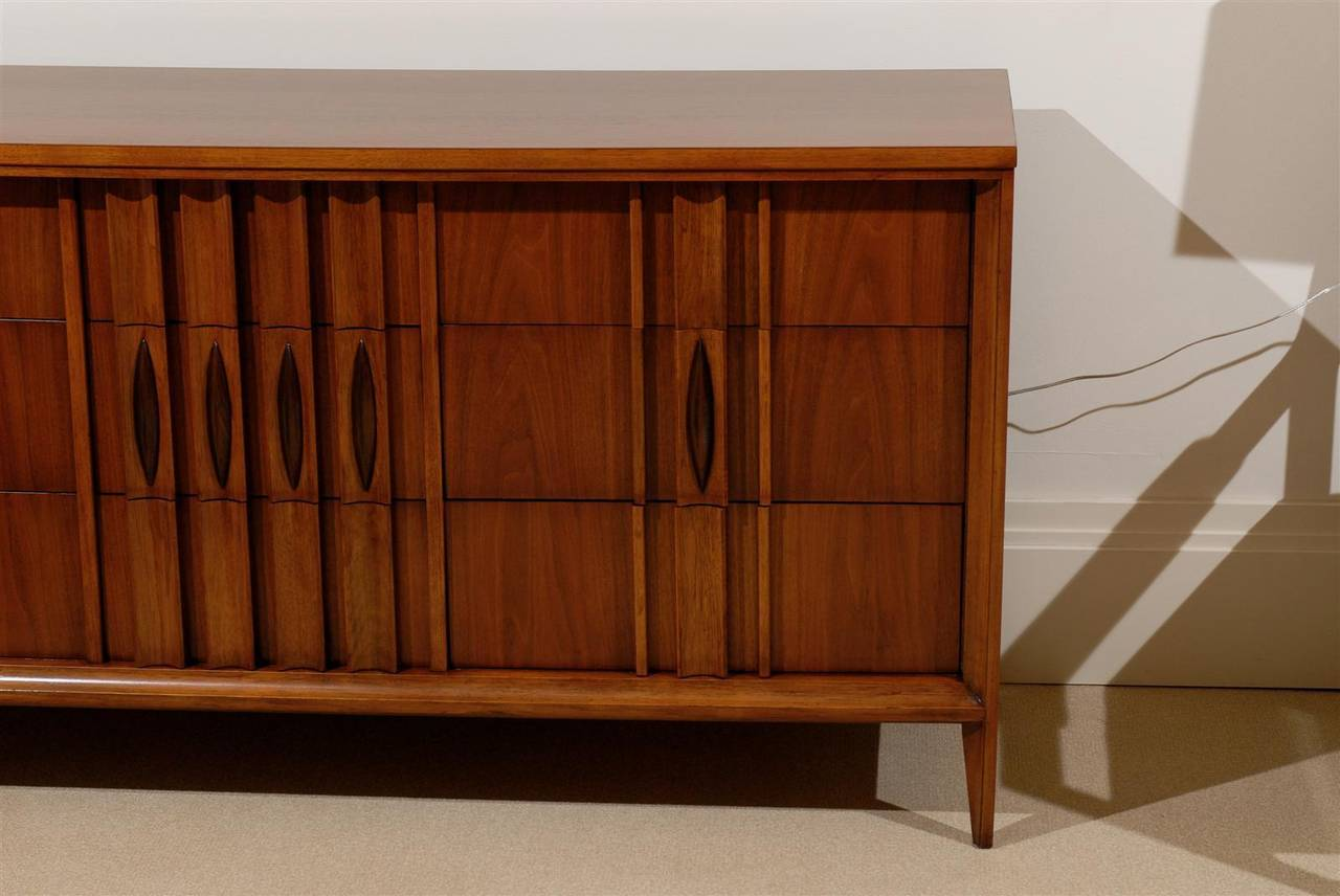 Splendid Modern Nine-Drawer Chest in Walnut In Excellent Condition For Sale In Atlanta, GA