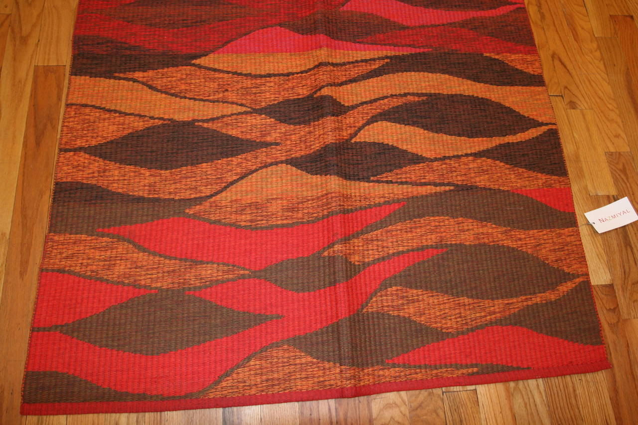 Vintage Double-Sided Swedish Kilim Carpet. Size: 5 ft x 6 ft (1.52 m x 1.83 m) In Excellent Condition For Sale In New York, NY