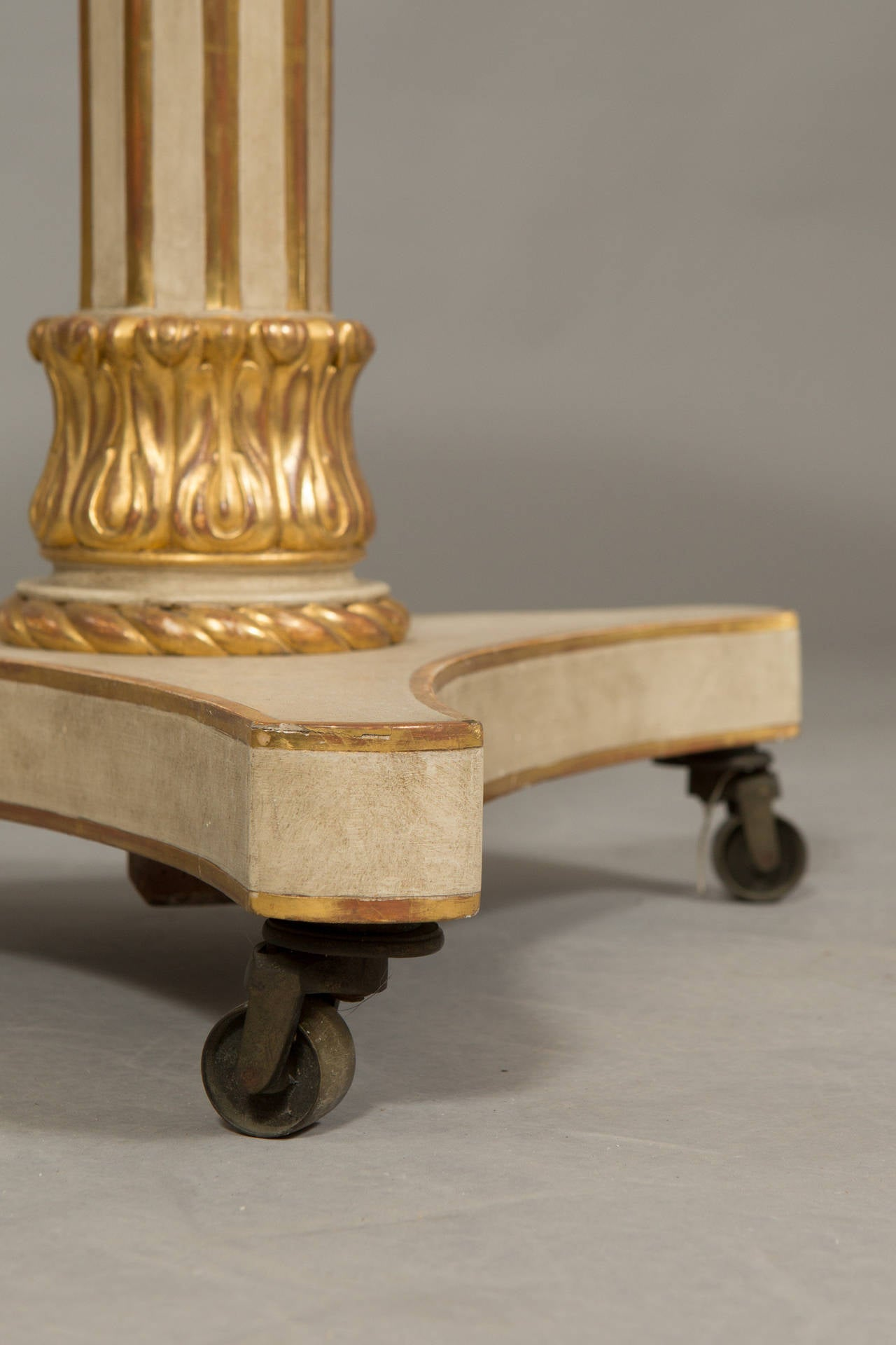 Neoclassical Style Parcel Gilt Center Table In Good Condition For Sale In New York, NY
