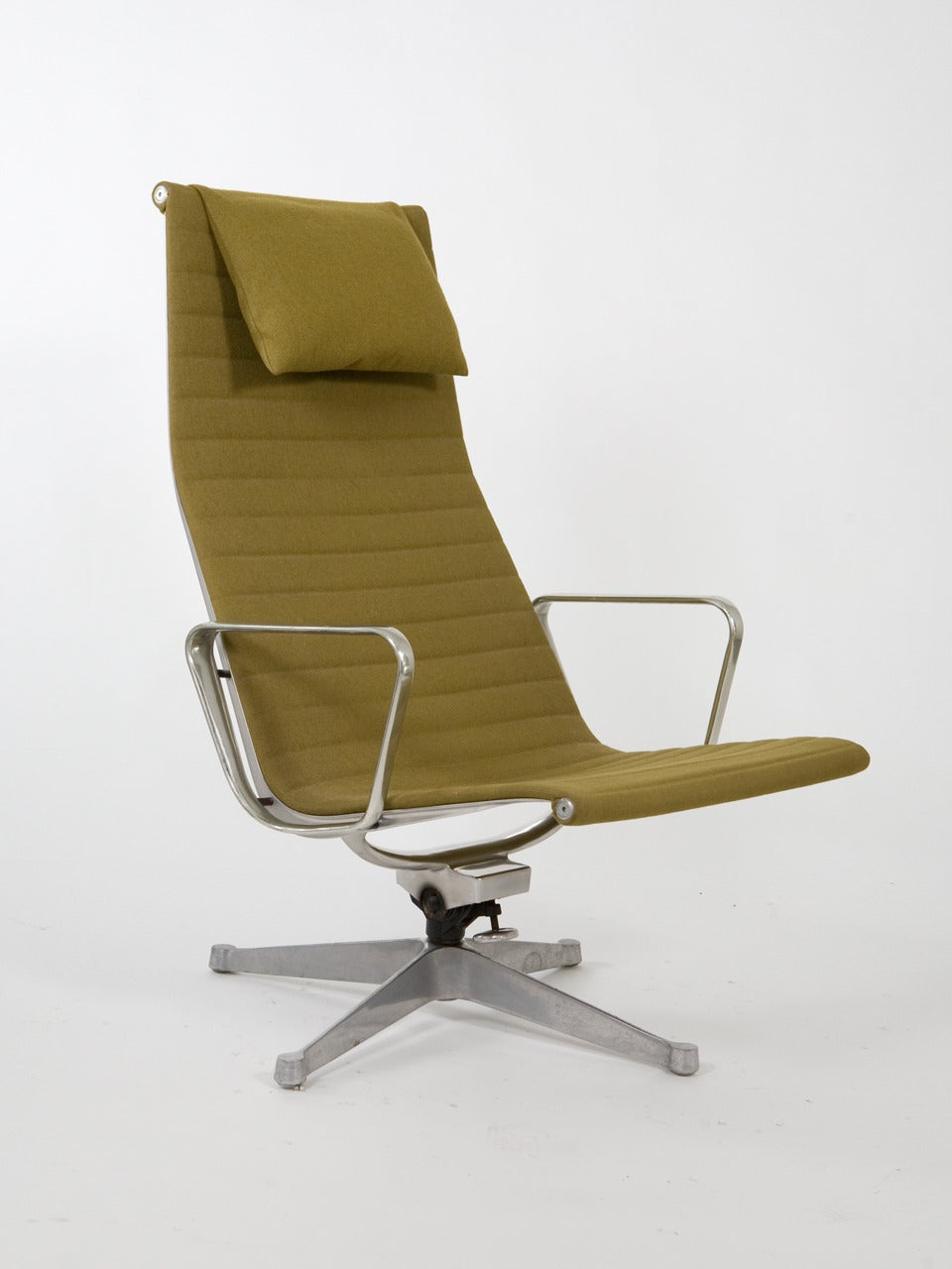 original eames for herman miller aluminum group chairs at. Black Bedroom Furniture Sets. Home Design Ideas