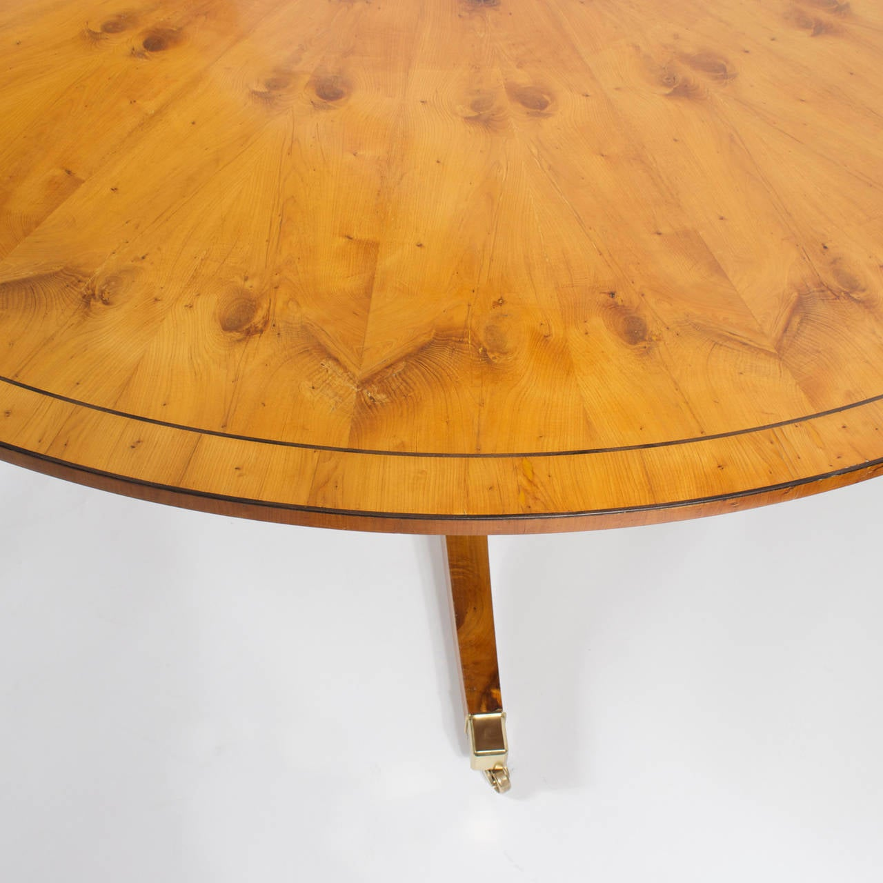 English 20th Century Round Yew Wood Regency Style Dining Table For Sale