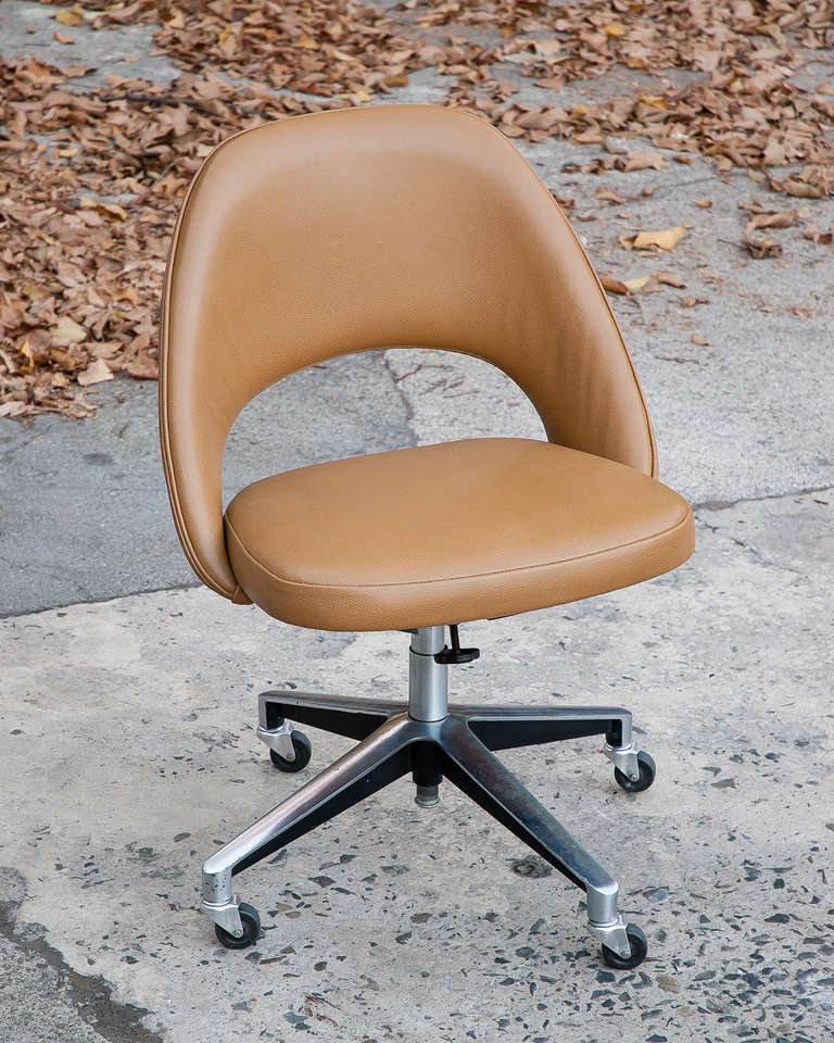 Saarinen vintage leather desk chair with casters for knoll 1957 image
