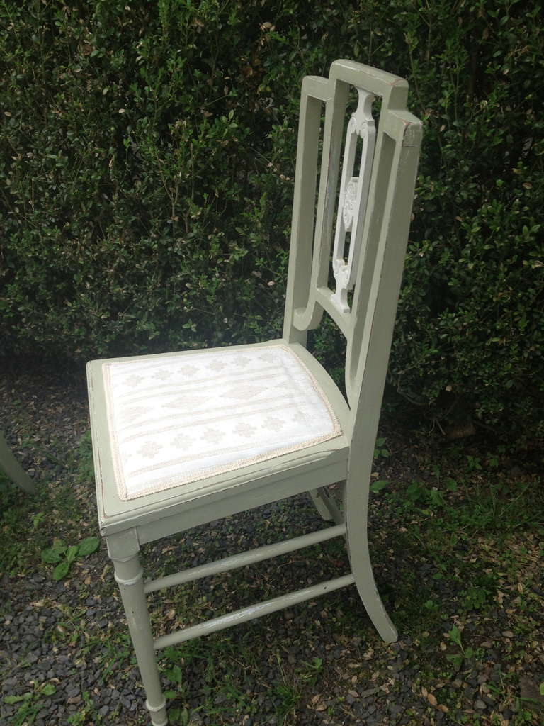 Set of Four Painted Oak Dining Chairs in Sage Green Paint In Good Condition For Sale In Woodbury, CT