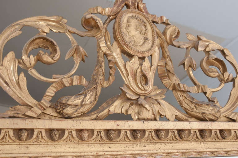 French 18th Century Carved Gold Gilt Cameo Mirror In Good Condition For Sale In Baton Rouge, LA