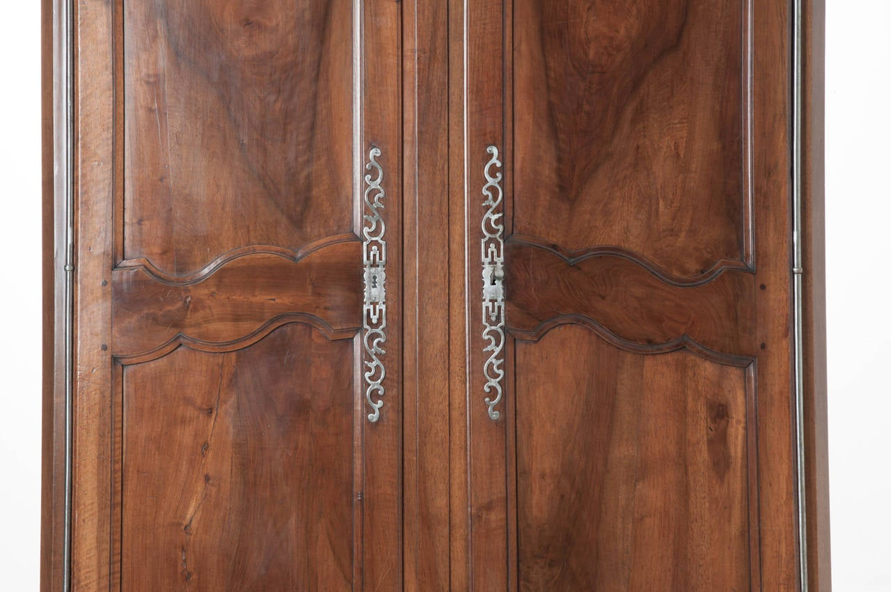 French 19th Century Carved Walnut Armoire In Excellent Condition For Sale In Baton Rouge, LA
