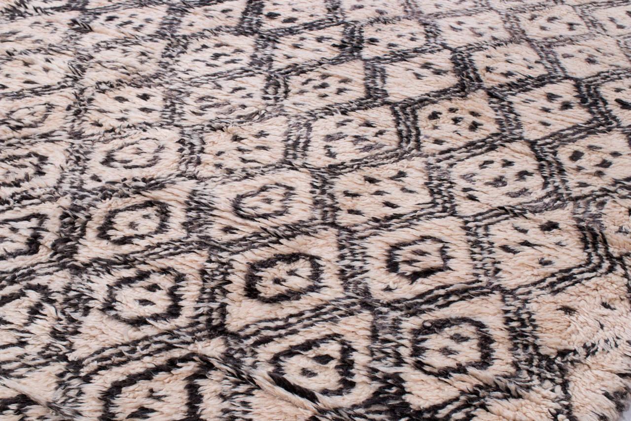 vintage moroccan berber rug of the beni ouarain tribe at 1stdibs. Black Bedroom Furniture Sets. Home Design Ideas