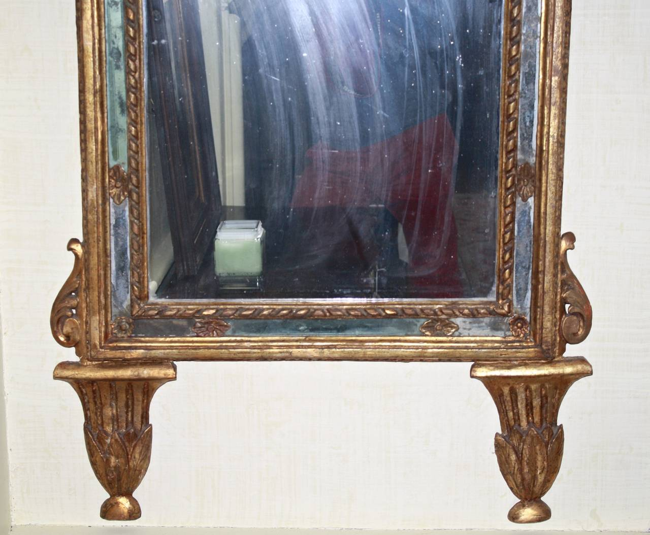 Italian Neoclassical Carved Giltwood Mirror In Good Condition For Sale In Woodbury, CT