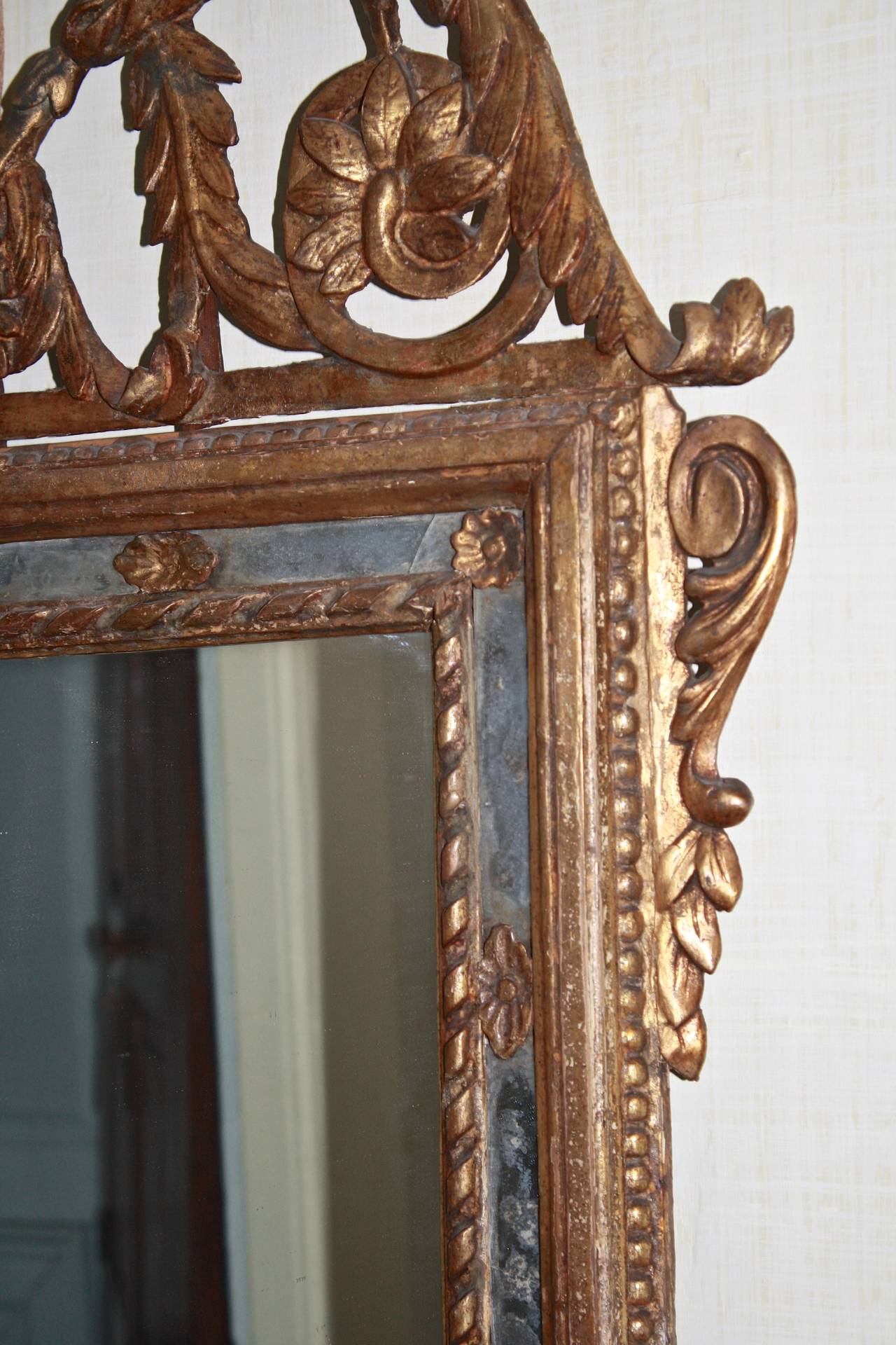 Italian Neoclassical Carved Giltwood Mirror For Sale 1