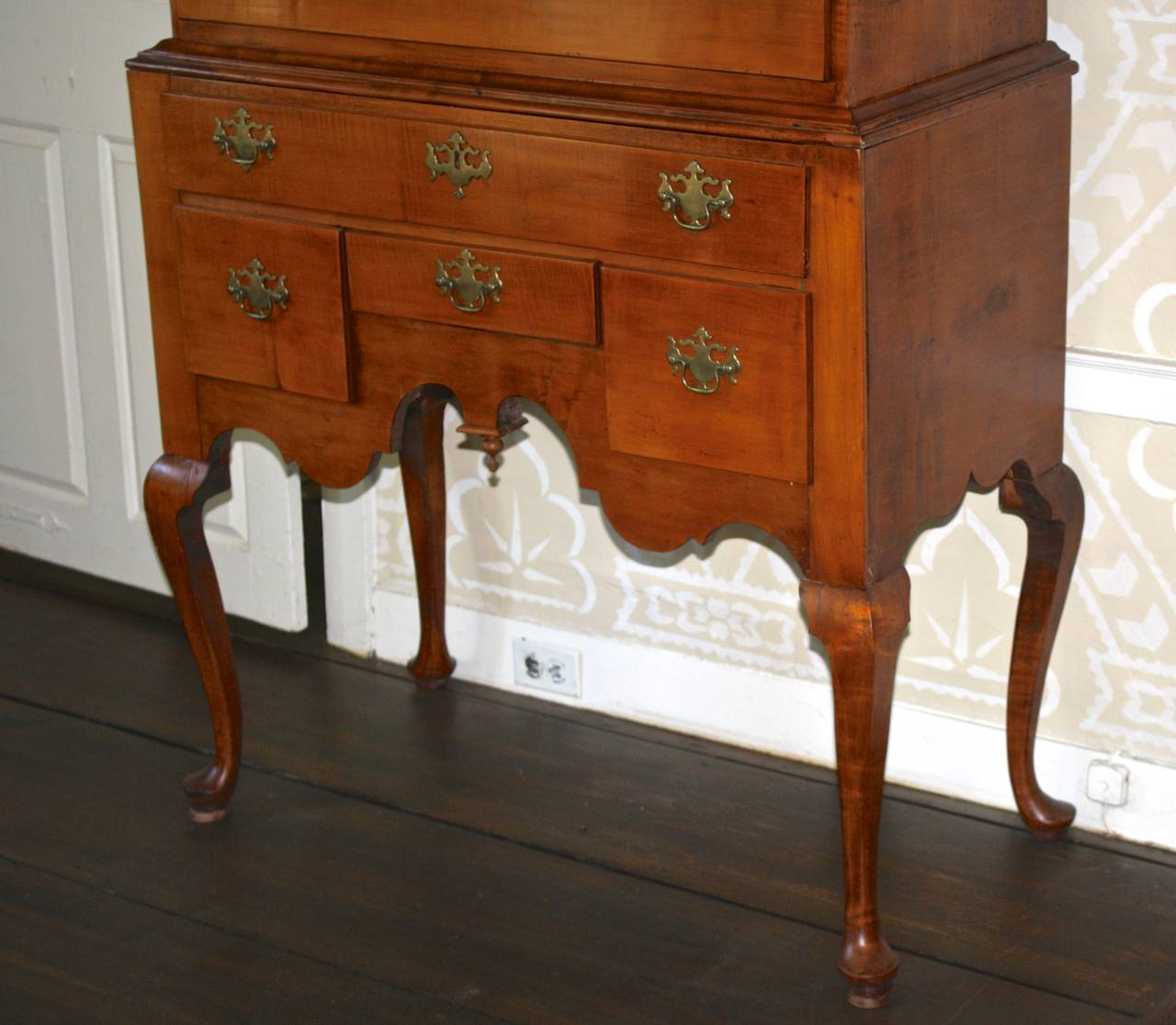 18th Century Newport Queen Anne Tiger Maple Highboy - Christopher Townsend Shop For Sale