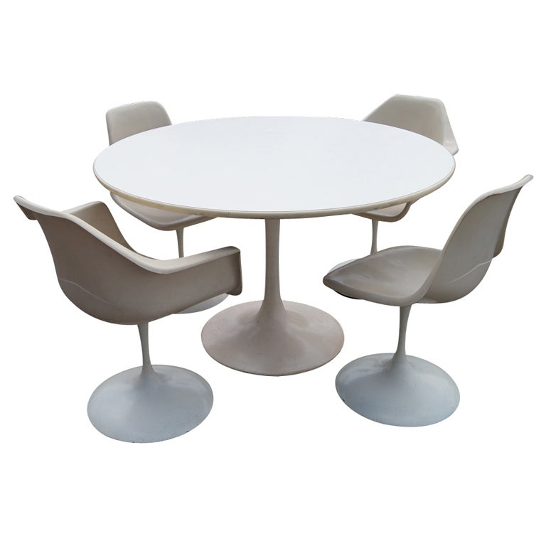 Merveilleux Saarinen Style Tulip Dining Set Table And Chairs For Sale