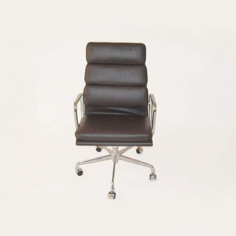 Mid-Century Modern Herman Miller Eames Executive Soft Pad Chair with Five Star Base For Sale