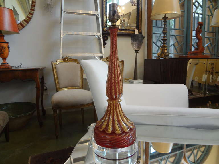 Beautiful cranberry and gold Seguso Murano glass table lamp on Lucite base, newly wired. This Italian Venetian glass lamp would work well in a variety of interiors.