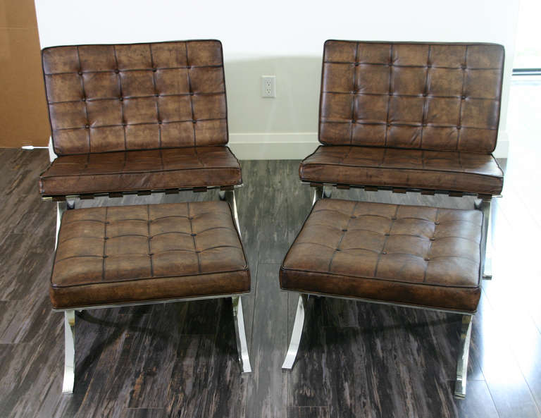 Merveilleux 20th Century A Pair Of Vintage Barcelona Chairs With Ottomans For Sale