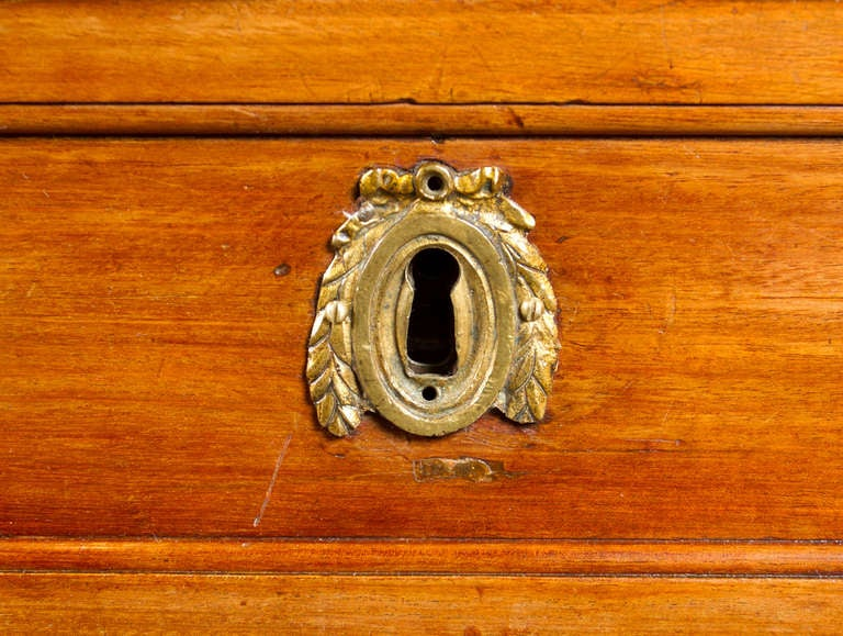 Fine Eighteen's Century Louis XVI  Mahogany Commode In Good Condition For Sale In Montreal, QC