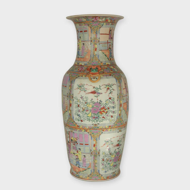 Impressive Mid-Century Modern Chinese Canton Rose Mandarin style Vase Estate In Excellent Condition For Sale In Montreal, QC