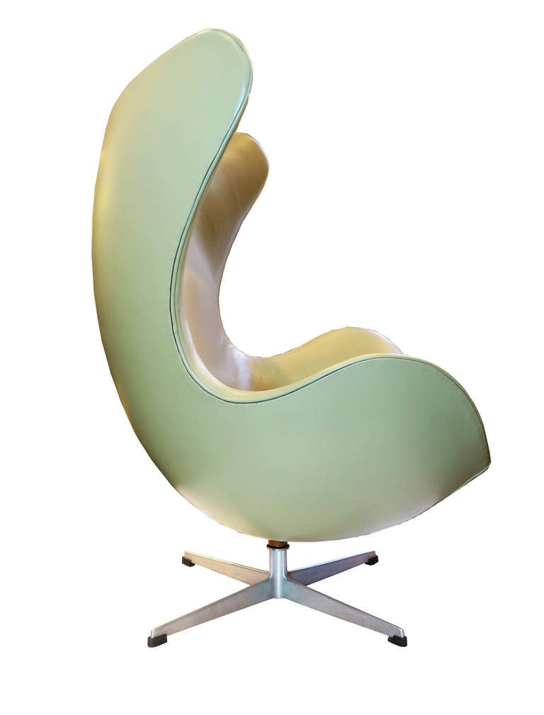 """Egg"" Chair by Arne Jacobsen In Excellent Condition For Sale In Los Angeles, CA"